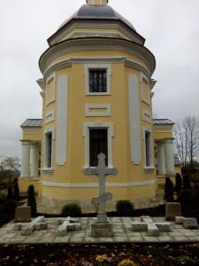 Погребения за алтарём Никольского храма