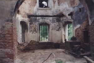 Фото храма начала 1990-х гг. В алтаре - станок для изготовления сетки-рабицы