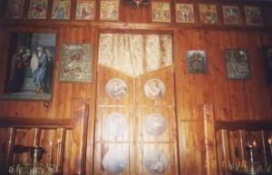 Временный алтарь в притворе храме