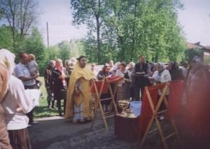 Протоиерей Владимир Попков (ностоятель храма с ) служит водосвятный молебен возле храма