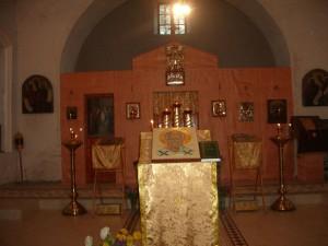 Временный иконостас в восстановленной центральной части храма