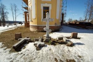Погребения Олсуфьевых за алтарём Никольского храма