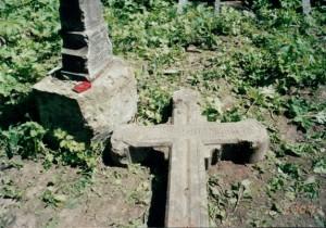Белокаменные кресты с погребений членов рода Олсуфьевых, разбросанные вокруг храма